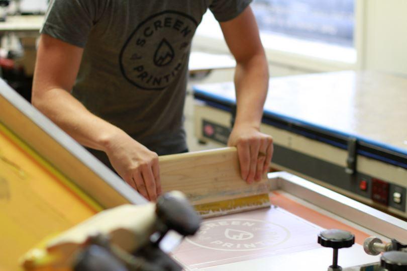 Proses Pembuatan Sablon Manual Untuk Baju dan Kaos
