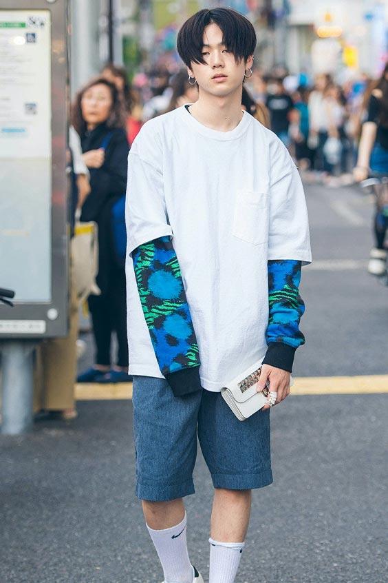 pria Jepang memakai kaos oversize warna putih